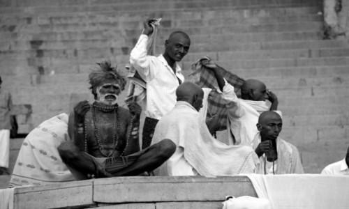 Zdjecie INDIE / - / Varanasi / Medytacja nad Gangesem