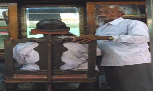 Zdjecie INDIE / Uttar Pradesh / Waranasi / Fryzjer