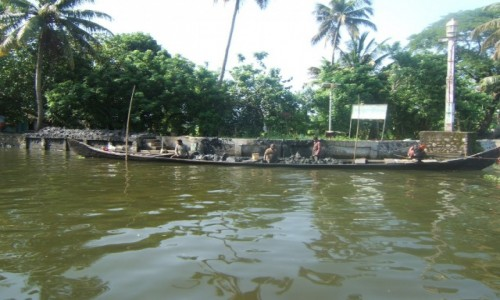 INDIE / Kerala / Alleppey / Robotnicy umacniają brzeg kanału