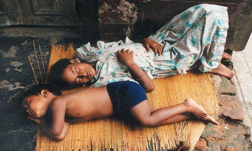INDIE / brak / Kalkuta / dzieci przy światyni Kali
