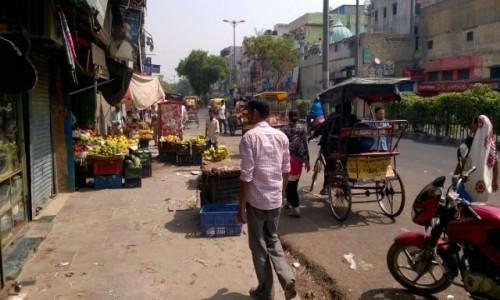 Zdjecie INDIE / New Delhi / New Delhi / Ulica z rana