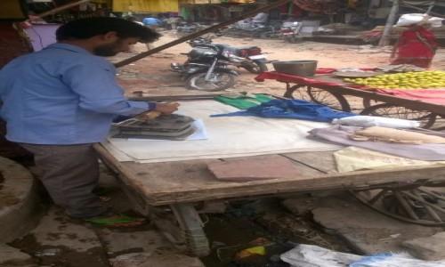 INDIE / Uttar Pradeś / Fatehpur Sikri / Uliczny prasowacz