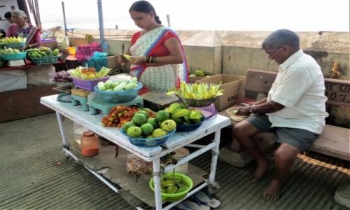 Zdjecie INDIE / Maharasztra / na nabrzeżu / Ogórki. karambole dla ochłody