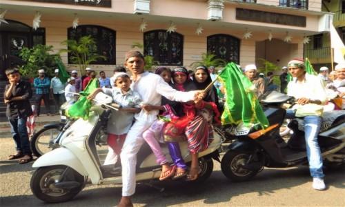 Zdjecie INDIE / Goa / Panji / Pozowanie na motorze