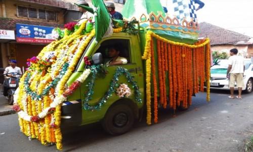 Zdjęcie INDIE / Goa / Panji / Tak się stroi auto!!