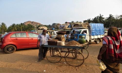 Zdjęcie INDIE / Karnataka / Hampi / Miły sprzedawca prażonych orzeszków