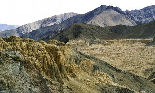 Zdjecie INDIE / Ladakh- J&K-Indie Północne / krajobraz księżycowy w drodze z Leh do Lamyuru / W drodze do Lam