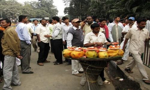 INDIE / Bengal Zachodni / Kalkuta / przed boiskiem
