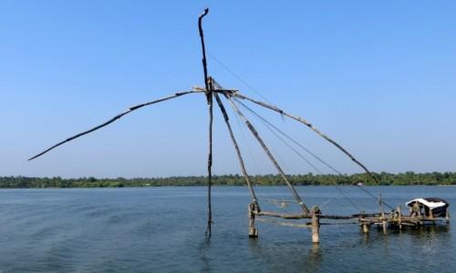 Zdjęcie INDIE / Kerala / Keralskie rozlewiska / Mijamy chińskie sieci z domkiem dla rybaka