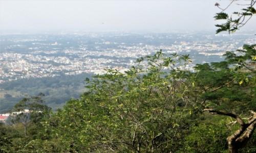 Zdjecie INDIE / Karnataka / Wzgórze Chamundi / Widok na Mysore ze starożytnych schodów