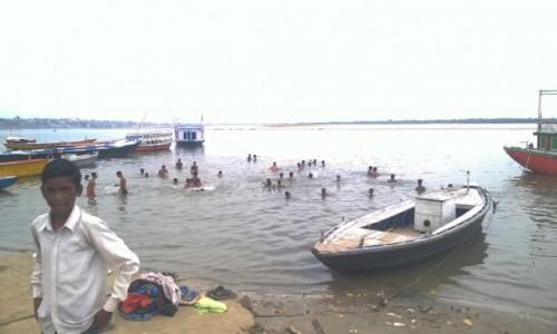 Zdjecie INDIE / Uttar Pradeś / Varanasi / Kapiel w Gangesie, to rzecz święta