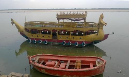 Zdjecie INDIE / Uttar Pradeś / Varanasi / Łodzie na Gangesie
