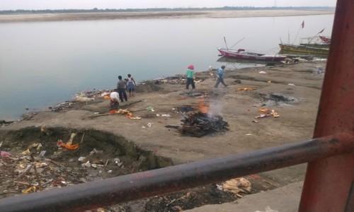 Zdjecie INDIE / Uttar Pradeś / Varanasi / Stosy na ghacie Harischhandra