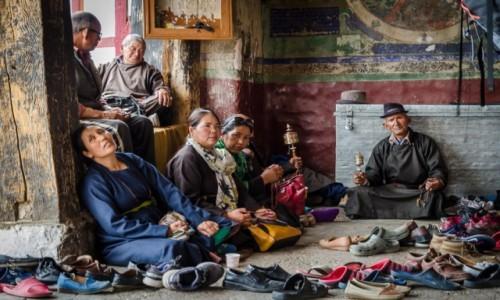 INDIE / Ladakh / Thiksey Monastery / modlitwa...