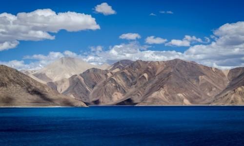 INDIE / Ladakh / Pangong Lake / kolorowe góry...