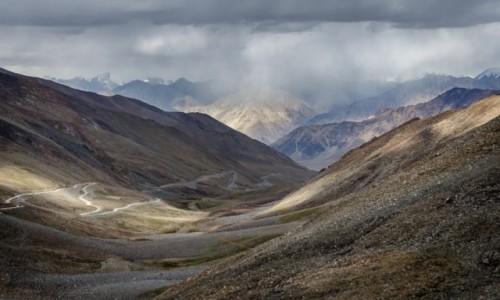 INDIE / Ladakh / Kardung La / burzowo...