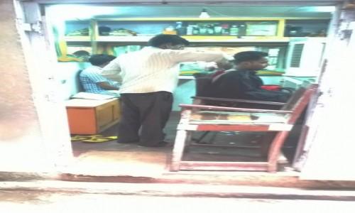 INDIE / Uttar Pradeś / Varanasi / Do fryzjera prosto z ulicy