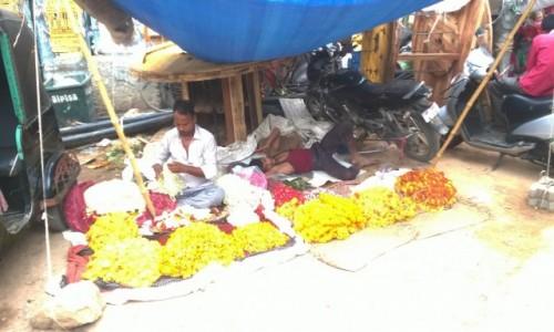 Zdjecie INDIE / Uttar Pradeś / Varanasi / Sprzedawcy kwiatów ofiarnych