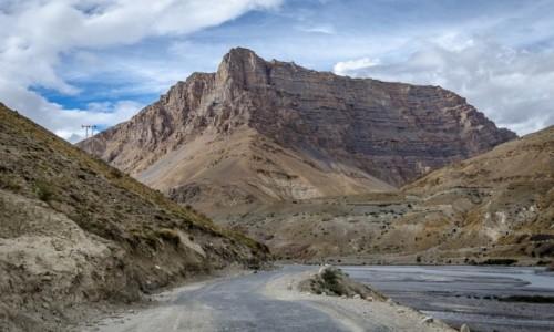 Zdjecie INDIE / Himachal Pradesh / droga wzdłuż rzeki Spiti / nad rzeką...