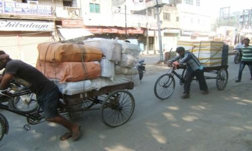 Zdjecie INDIE / Uttar Pradeś / Varanasi / Bagażowi ryksiarze