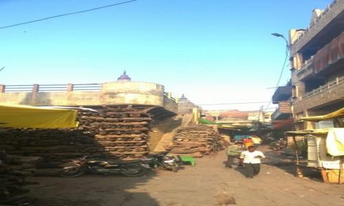 Zdjecie INDIE / Uttar Pradeś / Varanasi / Stosy drewna przy Manikarnice