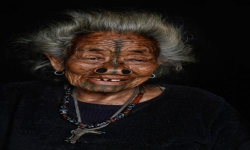 Zdjecie INDIE / Arunachal Pradesh / Bamin village / Kobieta Apatani