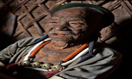 Zdjecie INDIE / Nagaland / wieś Longkhum / Pan łowca głów (plemię Konyak)