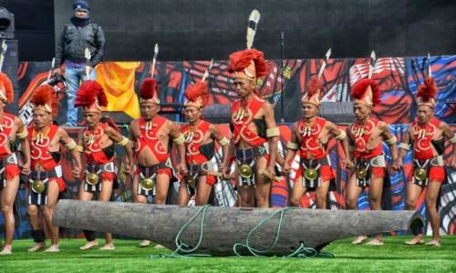 Zdjecie INDIE / Nagaland / Kohima, Kisama / Festiwal HORNBILL, występy, przy rytualnym bębnie