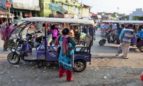 Zdjecie INDIE / Darjeeling / Bagdogra / Kolorowa uliczka, jak to w Indiach...