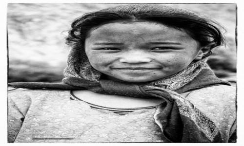 INDIE / Jammu and Kashmir / Himalaje / Dziewczyna z małej wioski w Himalajach