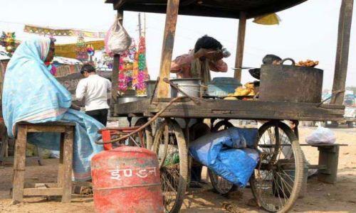 Zdjecie INDIE / Rajasthan / Fatehpur Sikri / Czekając na autobus De Lux