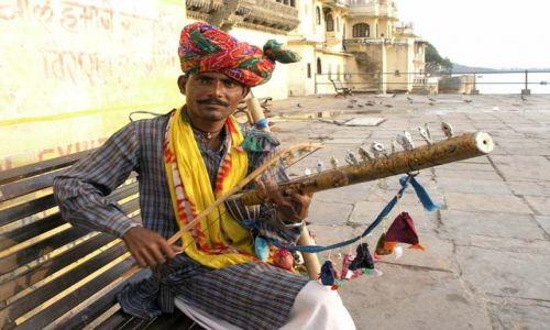 Zdjecie INDIE / Rajasthan / Udaipur / muzyk z pustyni
