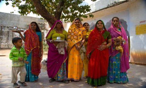 Zdjecie INDIE / Radżastan / Pushkar / Kobiety w drodze do swiątyni...
