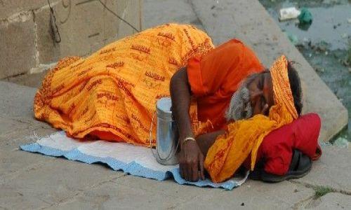 Zdjecie INDIE / Uttar Pradesh / Varanasi / Drzemka nad Gangesem