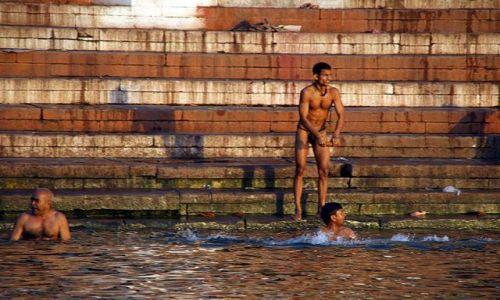 Zdjęcie INDIE / brak / Varanasi / Kąpiel w Gangesie