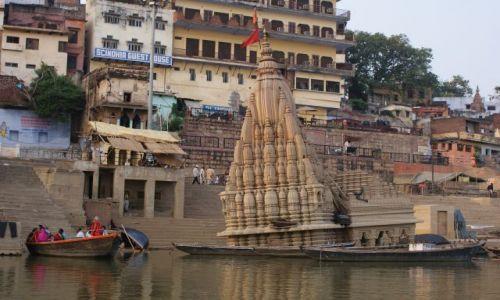 Zdjecie INDIE / Uttar Pradesh / Waranasi / Krzywa wieża nad Gangesem