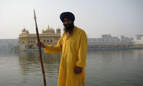 Zdjecie INDIE / Punjab / Amritsar-Golden Temple / Sikhijski strażnik w Golden Temple