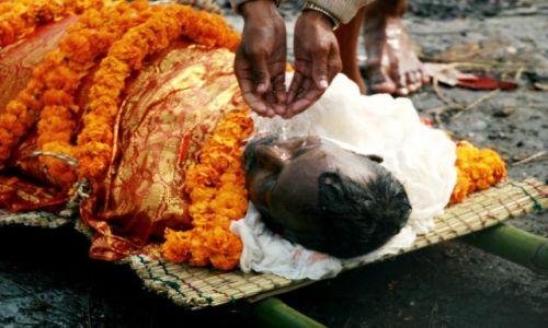 Zdjecie INDIE / Varanasi / Varanasi / zw�oki #2