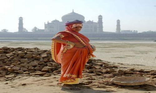 Zdjęcie INDIE / Agra / Taj Mahal / Kobieta przy pracy
