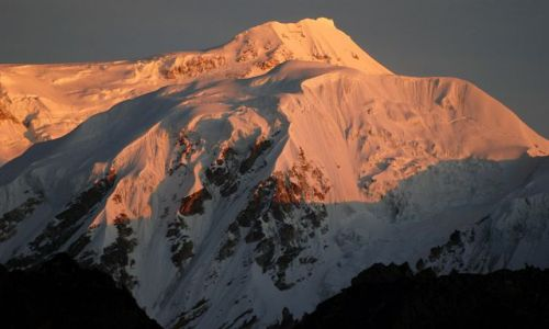 INDIE / sikkim / rejon Kangdzendzongi / Szczyt Kabru 7338 m o wschodzie słońca
