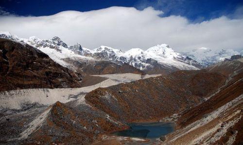 Zdjecie INDIE / sikkim / rejon Kangdzendzongi / W dole święte jeziorko Samiti Lake oraz panorama szczytów grupy Kangdzendzongi