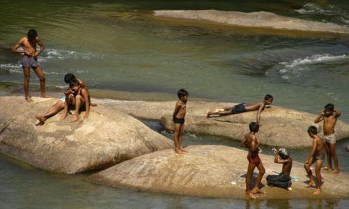 Zdjecie INDIE / królestwo Vijayanagara / Hampii, rzeka Thungabadra / dla ochłody