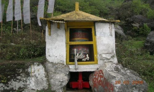 INDIE / Sikkim / Gangtok / przydrożna kapliczka