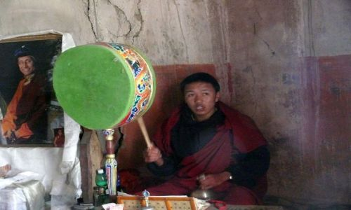 INDIE / Ladakh / Leh / Mnich z Tsemo Gompa