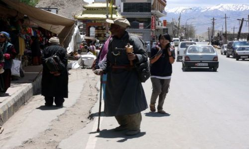 INDIE / Ladakh / Leh / Modlący sie Tybetańczyk