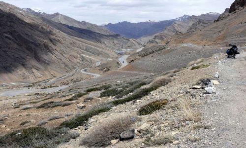 Zdjęcie INDIE / Himalaje / Ladakh / Droga z przełęczy Nakeela 4950m. n. p. m.,