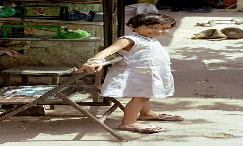 INDIE / brak / Delhi / dziewczynka z przedmiescia stolicy