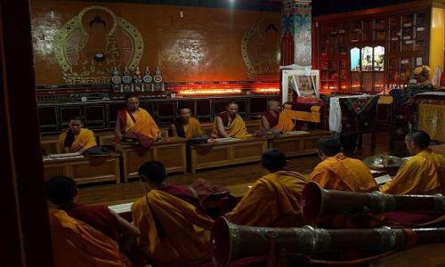 Zdjecie INDIE / Południowy stok Himalajów / MacLeodganj / Modlitwa buddyjskich mnichów