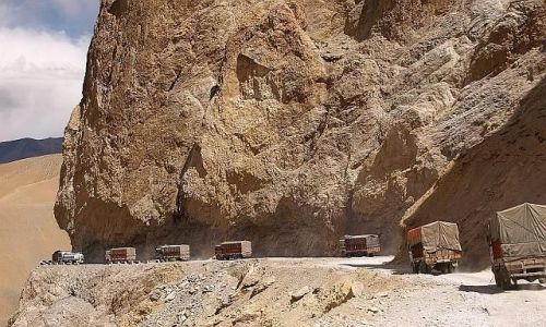Zdjecie INDIE / Himalaje / fragment drogi Leh - Manali / Za zapasami na zimę