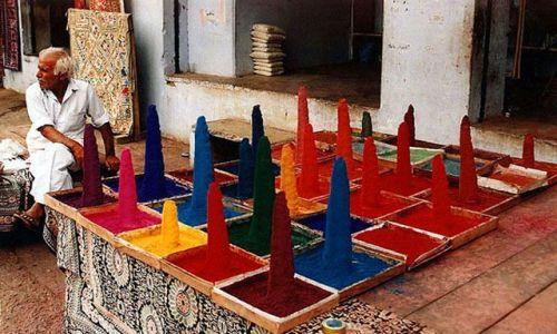 Zdjecie INDIE / Rajasthan / Mount Abu / Sprzedawca pigmentów
